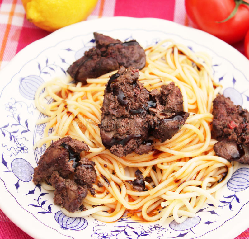 Spaghetti avec du foie frais photos libres de droits