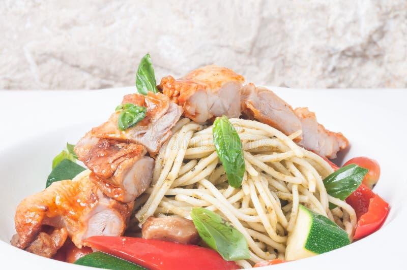 Spaghetti avec la fin rôtie de poulet  images stock