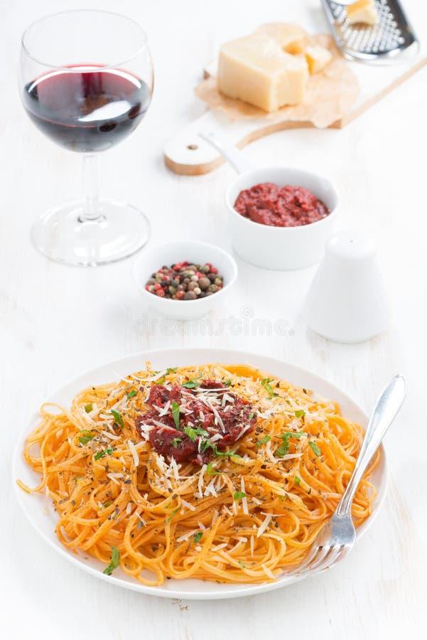 Spaghetti avec la sauce tomate et le parmesan, verre de vin photographie stock