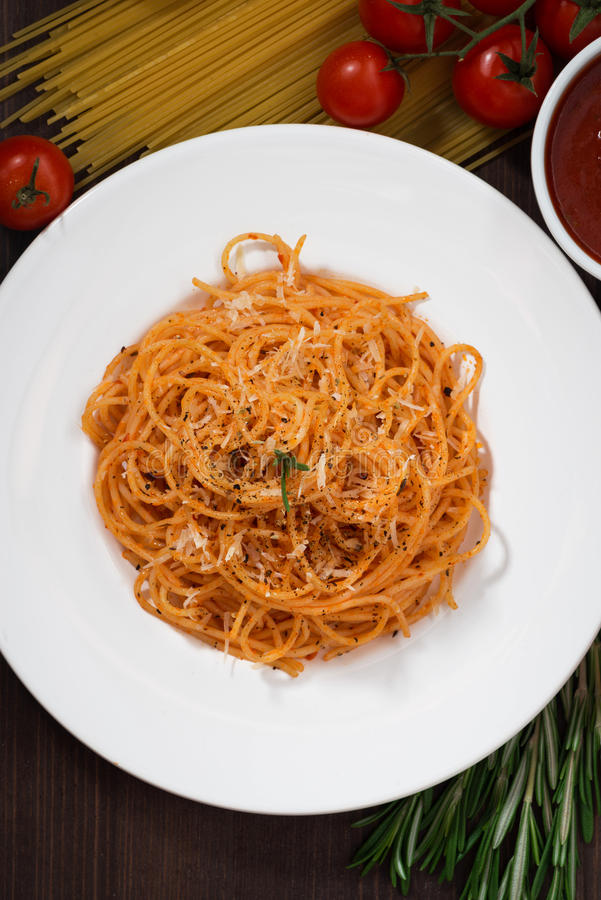 Spaghetti avec la sauce tomate et les ingrédients, vue supérieure photographie stock libre de droits