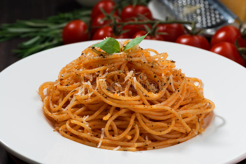 Spaghetti avec la sauce tomate, plan rapproché photographie stock