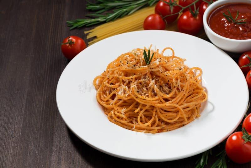 Spaghetti avec la sauce tomate sur une table en bois photographie stock libre de droits