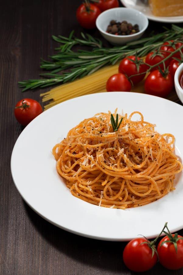 Spaghetti avec la sauce tomate sur une table en bois, verticale photographie stock