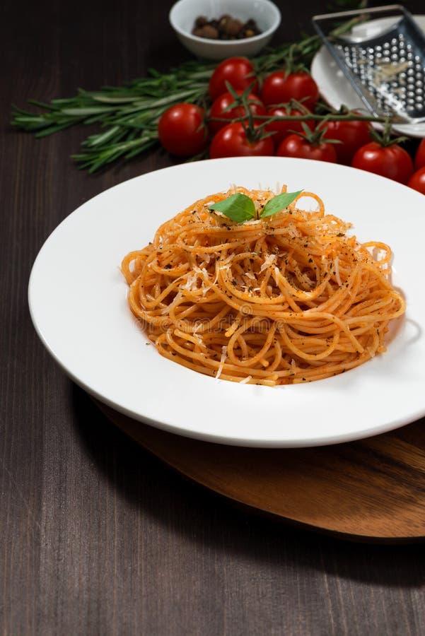 Spaghetti avec la sauce tomate, verticale photo stock