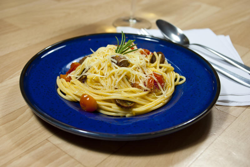 Spaghetti avec la saucisse image libre de droits