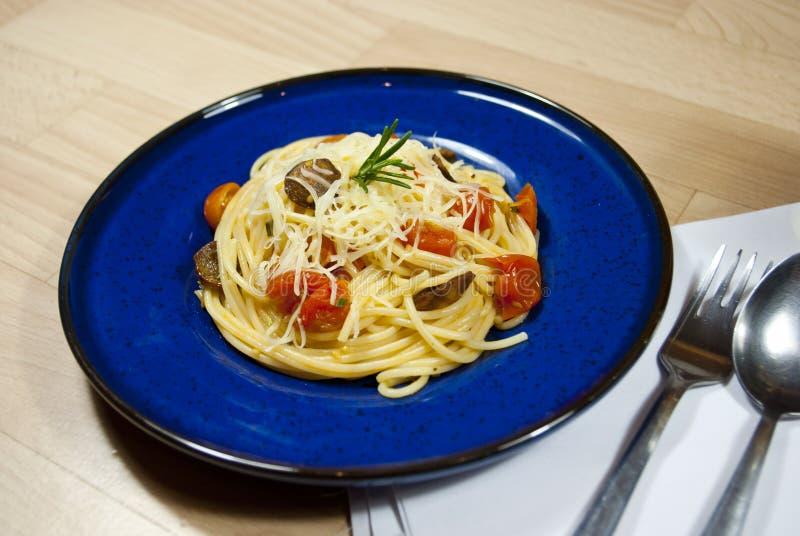 Spaghetti avec la saucisse photo stock