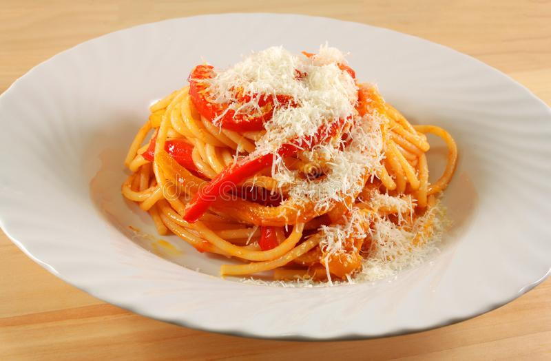 Spaghetti avec le poivron rouge et le parmesan photo libre de droits