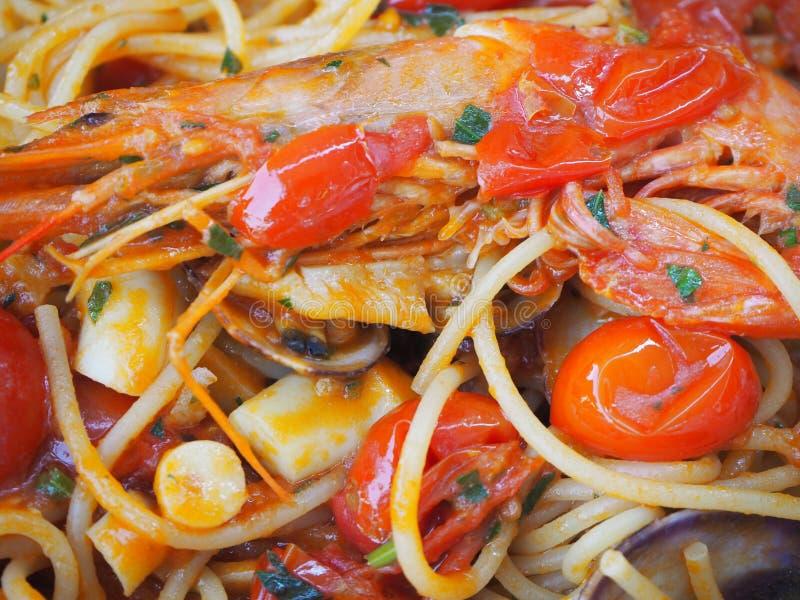 Spaghetti avec les fruits de mer et la tomate fraîche Nourriture italienne traditionnelle photos stock
