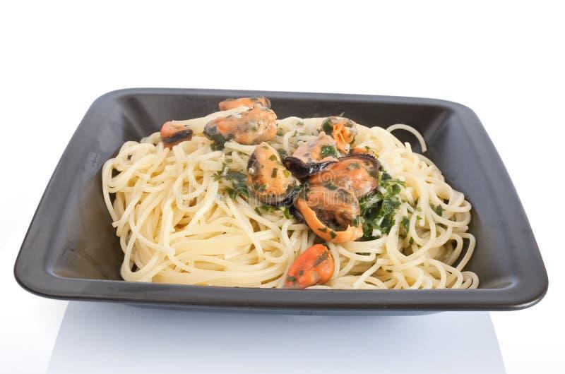 Spaghetti avec les moules et l'ail photos libres de droits