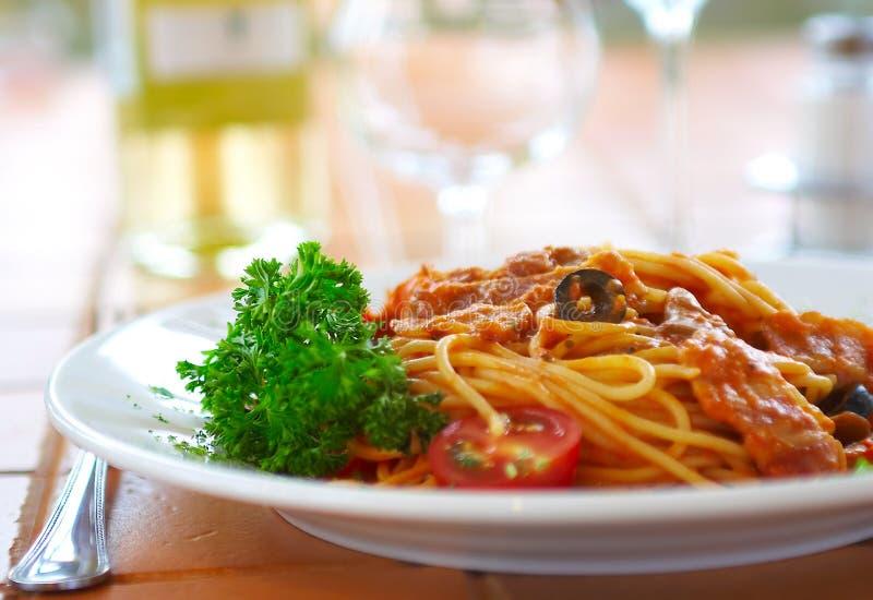 Spaghetti avec une sauce tomate sur une table en café images libres de droits