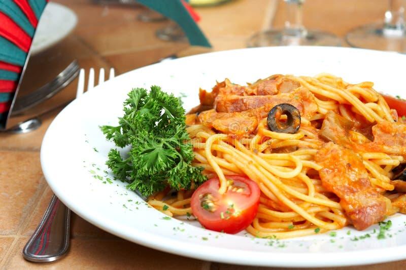 Spaghetti avec une sauce tomate sur une table en café photographie stock libre de droits