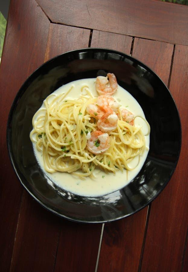 Spaghetti bianchi della salsa crema con gamberetto fotografia stock libera da diritti