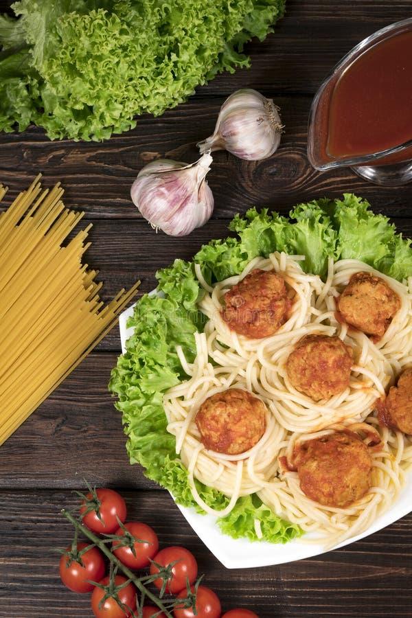 Spaghetti bolognese deegwaren met tomatensaus, groenten en gehakt - eigengemaakte gezonde Italiaanse deegwaren op rustieke houten royalty-vrije stock foto's
