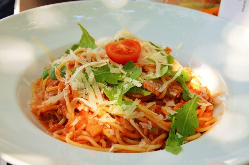 Spaghetti Bolonais avec du fromage et le tomatoe photographie stock libre de droits