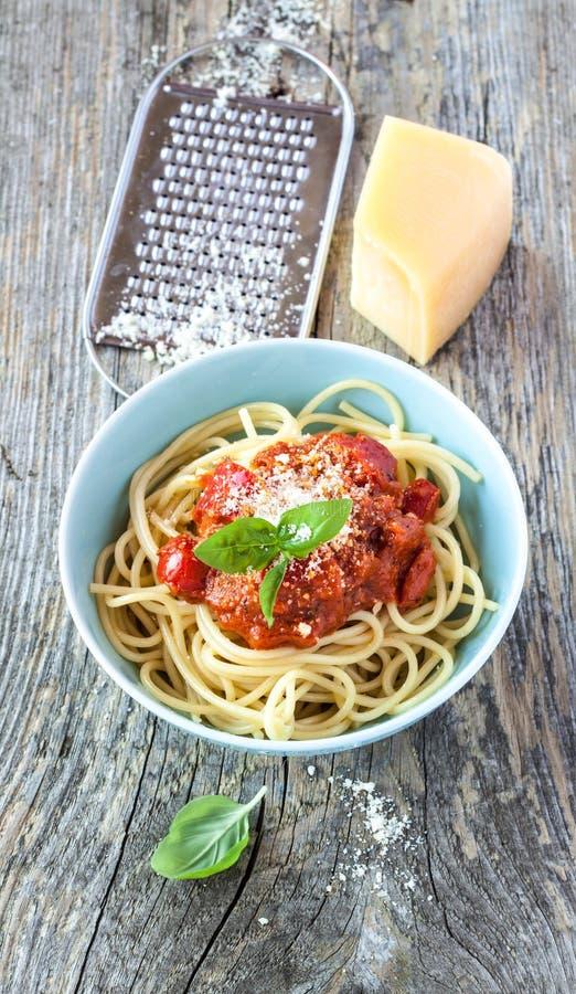 Spaghetti Bolonais dans la cuvette bleue sur le bois rustique de vintage images libres de droits