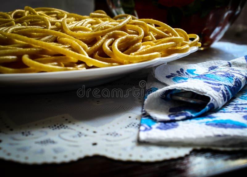Spaghetti brun clair, farine de blé entier dans un plat blanc photo stock