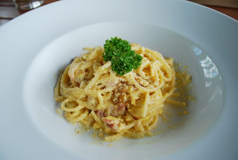Spaghetti Carbonara in de witte schotel stock afbeeldingen