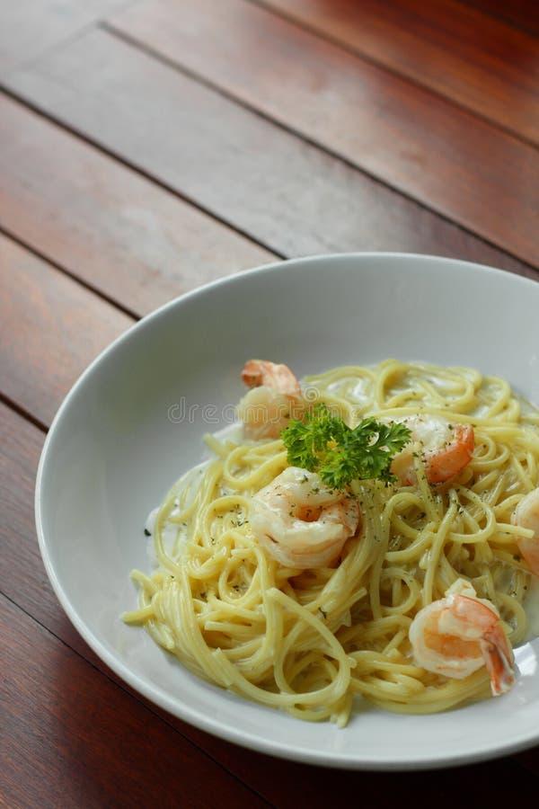 Spaghetti Carbonara o pasta bianca della salsa crema con gamberetto immagine stock libera da diritti