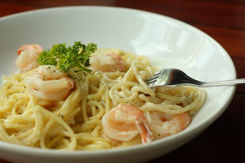 Spaghetti Carbonara o pasta bianca della salsa crema con gamberetto immagine stock