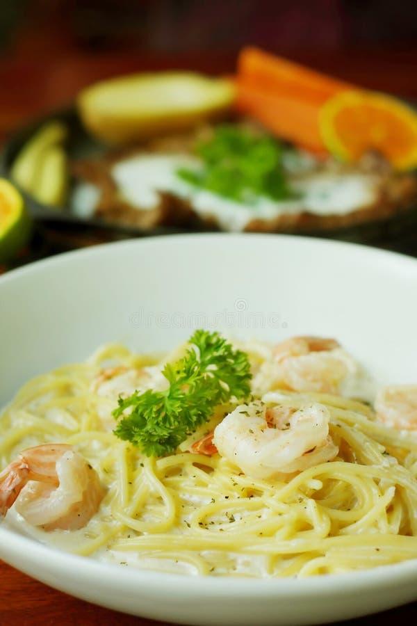 Spaghetti con gamberetto e salsa crema bianca immagine stock