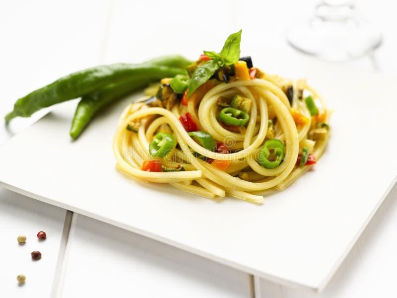 Spaghetti con gli ortaggi freschi ed il basilico immagini stock