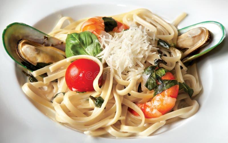 Spaghetti con i gamberetti e le cozze della tigre fotografia stock