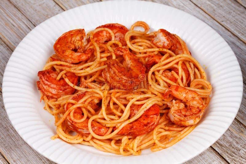 Spaghetti con i gamberetti piccanti immagini stock