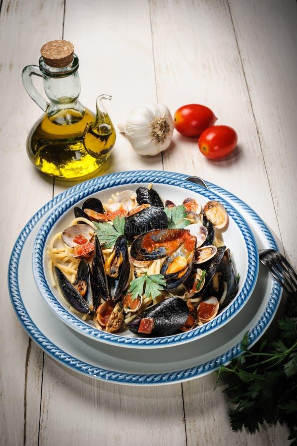 Spaghetti con i mitili ed i molluschi fotografie stock