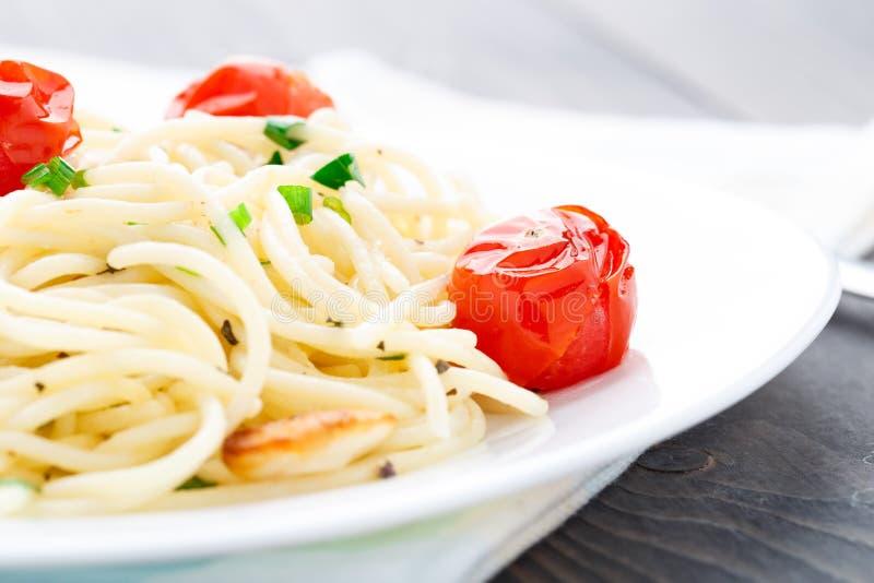 Spaghetti con i pomodori e le erbe arrostiti fotografia stock libera da diritti