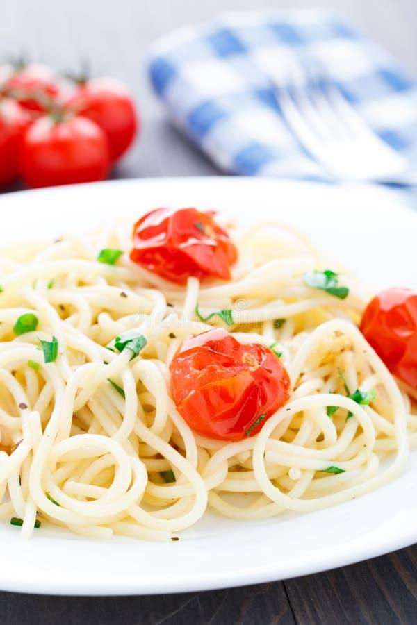 Spaghetti con i pomodori e le erbe arrostiti fotografia stock