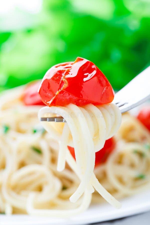 Spaghetti con i pomodori e le erbe arrostiti fotografie stock