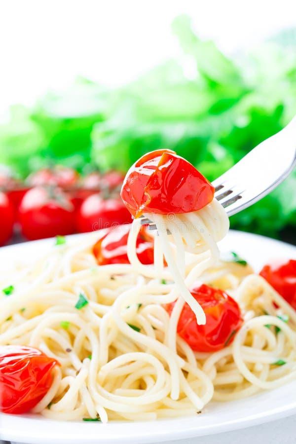 Spaghetti con i pomodori e le erbe arrostiti immagini stock libere da diritti
