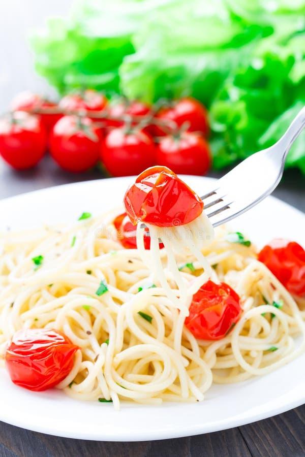 Spaghetti con i pomodori e le erbe arrostiti immagini stock