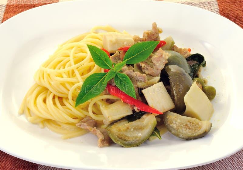 Spaghetti con il curry verde del porco fotografie stock libere da diritti