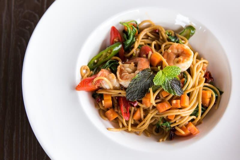 Spaghetti con il gamberetto piccante fotografie stock