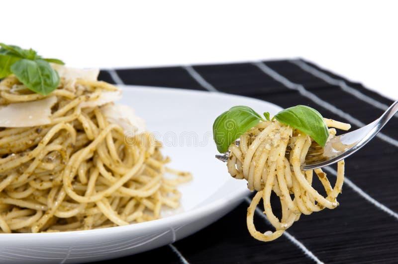 Spaghetti con il pesto, il basilico ed il parmigiano immagine stock