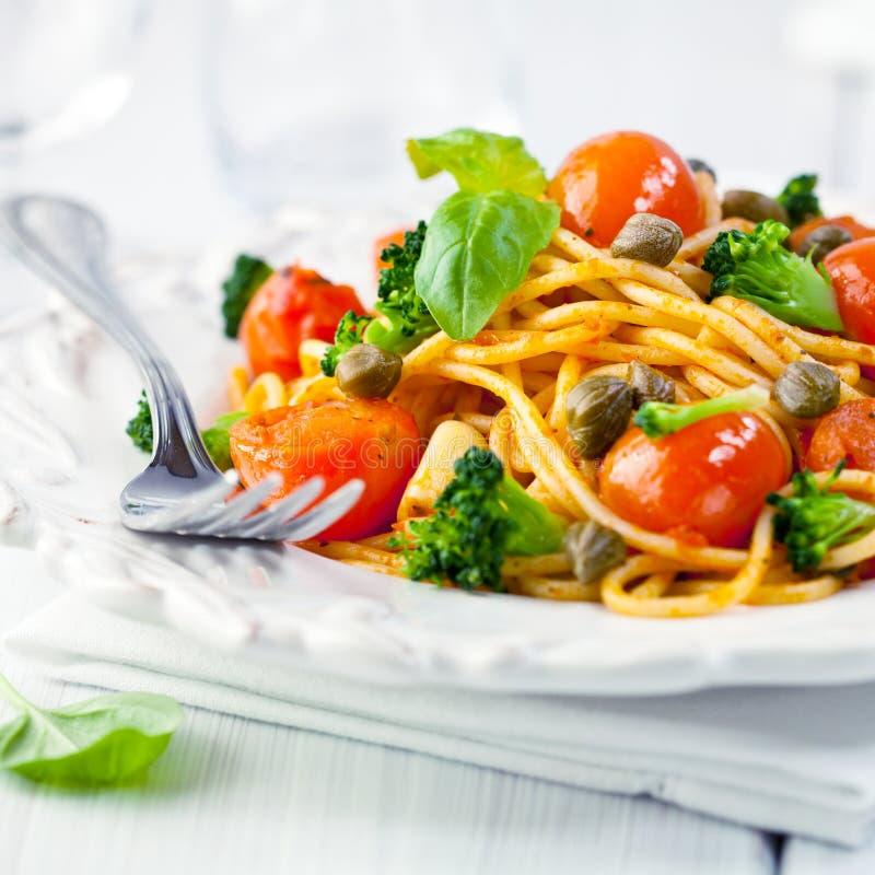 Spaghetti con il pomodoro ed i capperi di ciliegia immagini stock libere da diritti