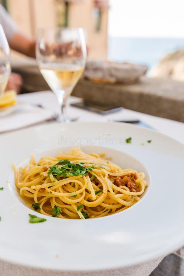Spaghetti con il riccio di mare immagine stock
