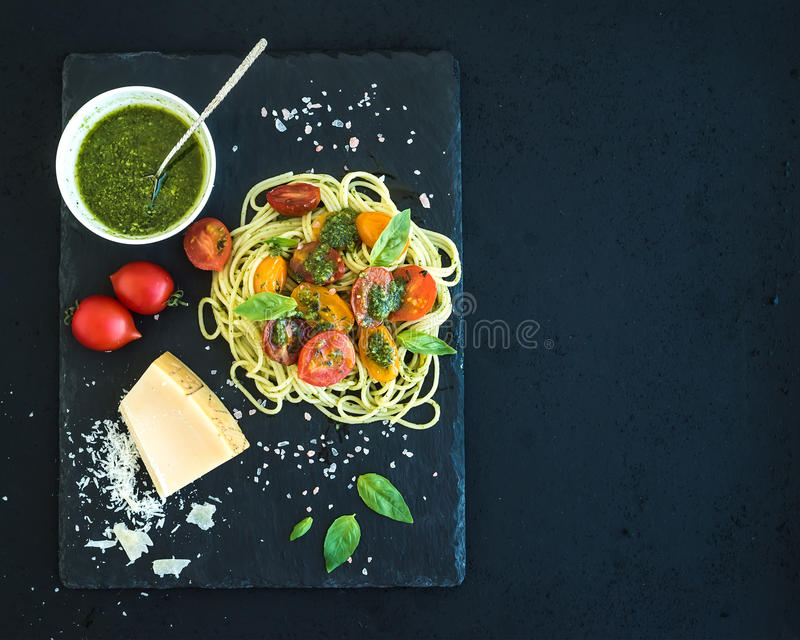 Spaghetti con la salsa di pesto, ciliegia arrostita fotografie stock libere da diritti