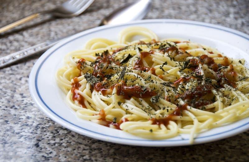 Spaghetti con la salsa e la menta di pomodori fotografia stock