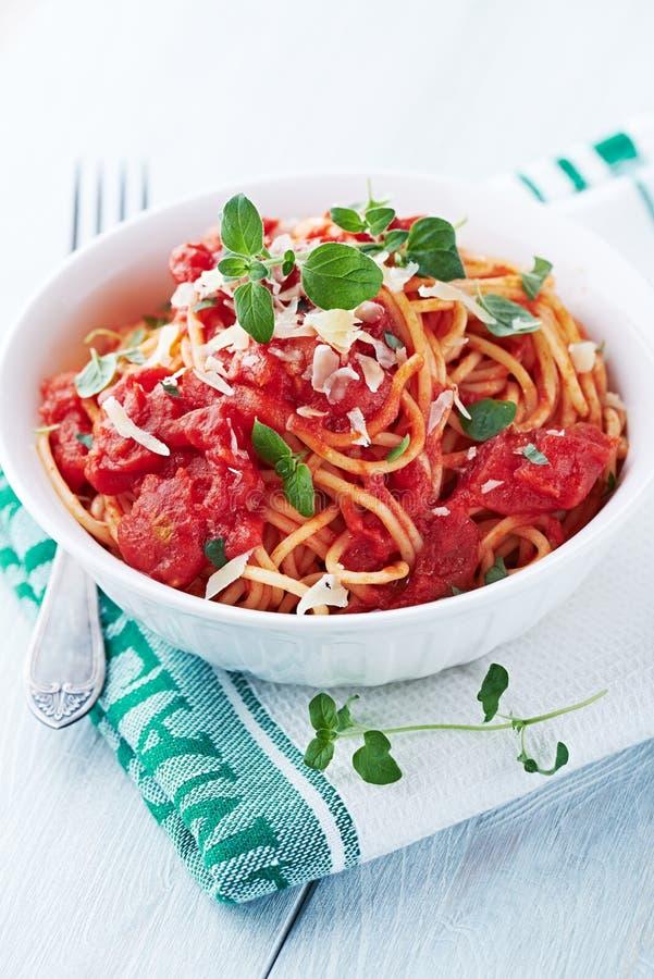 Spaghetti con la salsa ed il parmigiano di pomodori fotografia stock