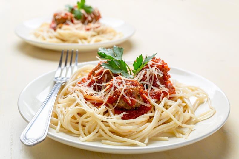 Spaghetti con le polpette in salsa di pomodori immagini stock