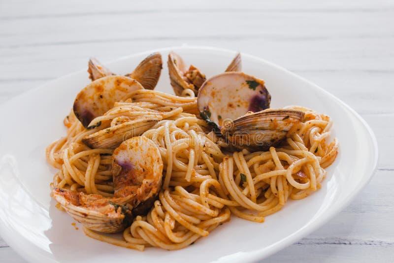 Spaghetti con le vongole e la salsa al pomodoro, spaghetti Vongole fotografie stock libere da diritti