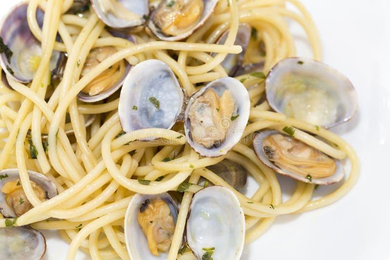 Spaghetti con le vongole fresche immagine stock libera da diritti