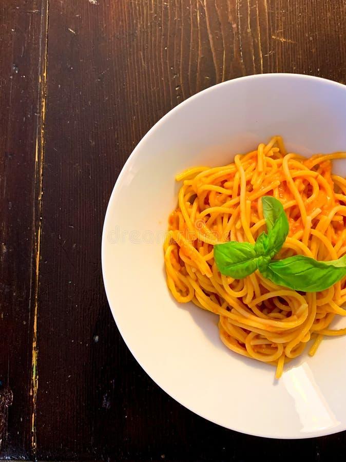 Spaghetti con salsa di pomodoro e basilico fotografia stock