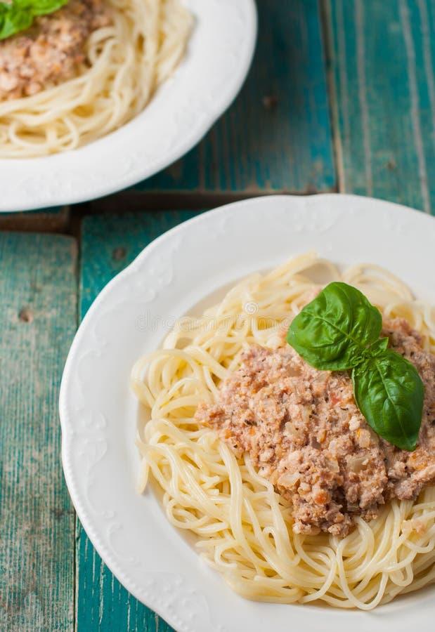Spaghetti con salsa su fondo di legno blu fotografie stock libere da diritti