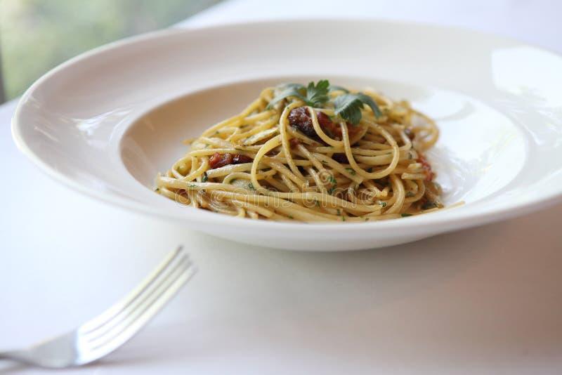 Spaghetti con un pettine piccante fotografie stock libere da diritti