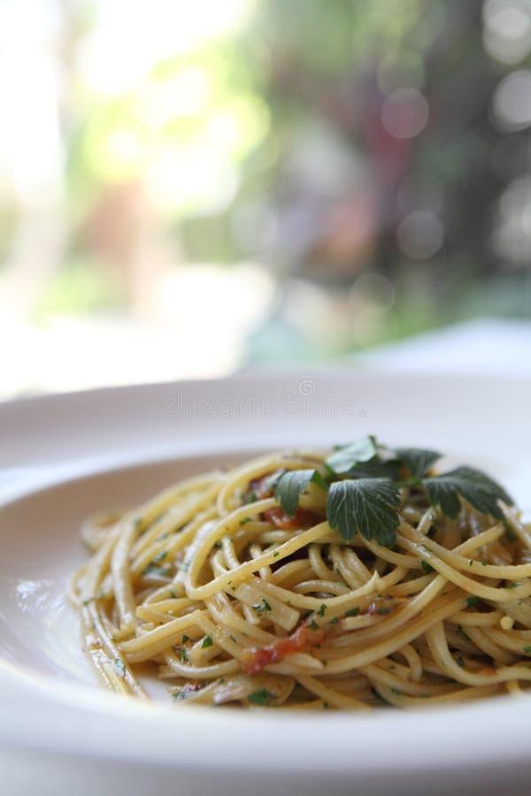 Spaghetti con un pettine piccante immagine stock libera da diritti