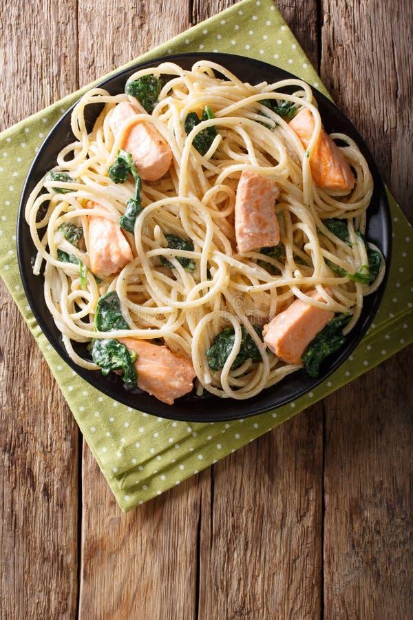 Spaghetti crémeux avec le plan rapproché de saumons et d'épinards d'un plat Le VE photos libres de droits
