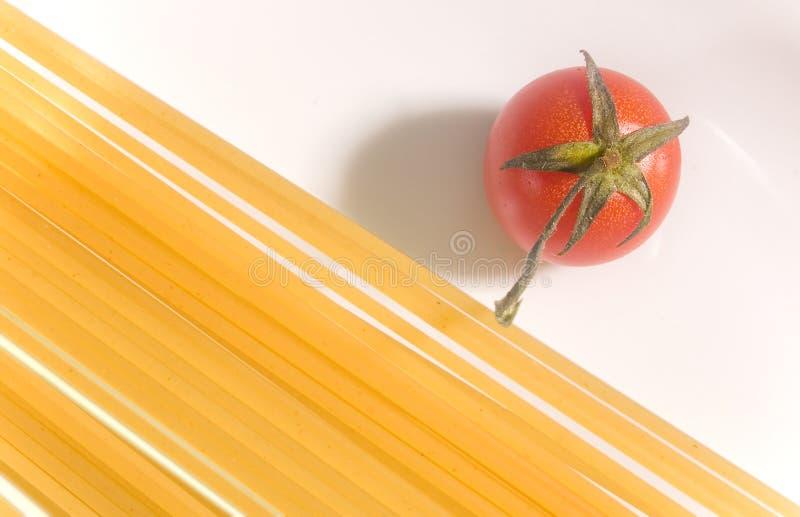 Spaghetti crus avec la tomate fraîche image stock